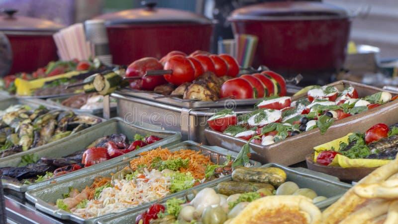 Bbq comida vegetariana de la calle Verduras y frutas que cocinan en un fuego abierto fotos de archivo libres de regalías