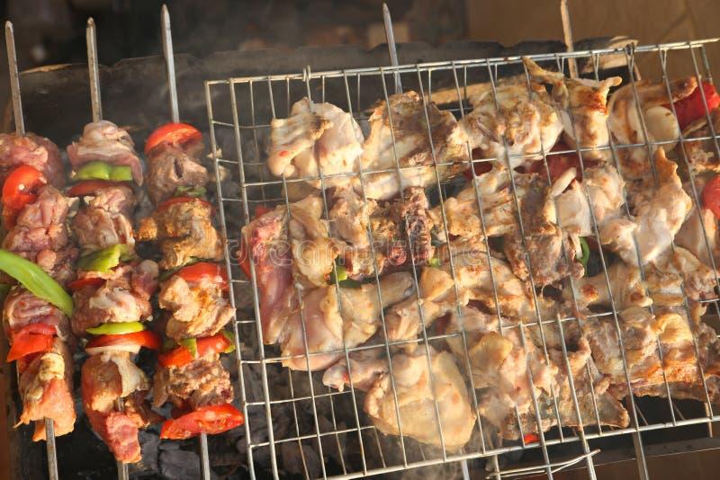 Bbq con cocinar del kebab foto de archivo libre de regalías