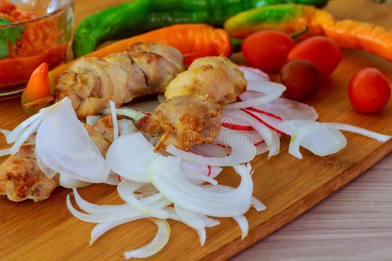 Bbq con cocinar del kebab de los pinchos de la carne del pollo imagen de archivo libre de regalías