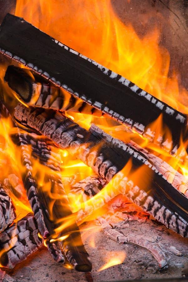 BBQ de achtergrond van de brandhoutbrand stock fotografie