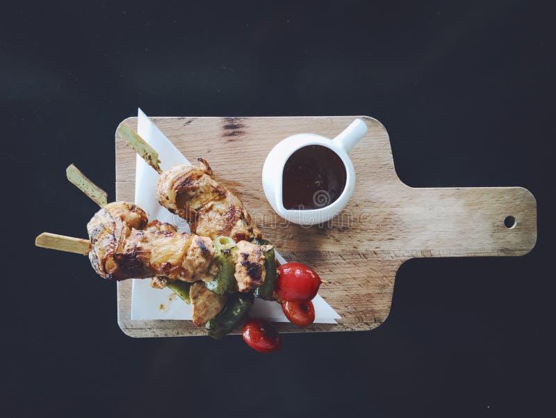 BBQ de poulet avec de la sauce épicée photographie stock