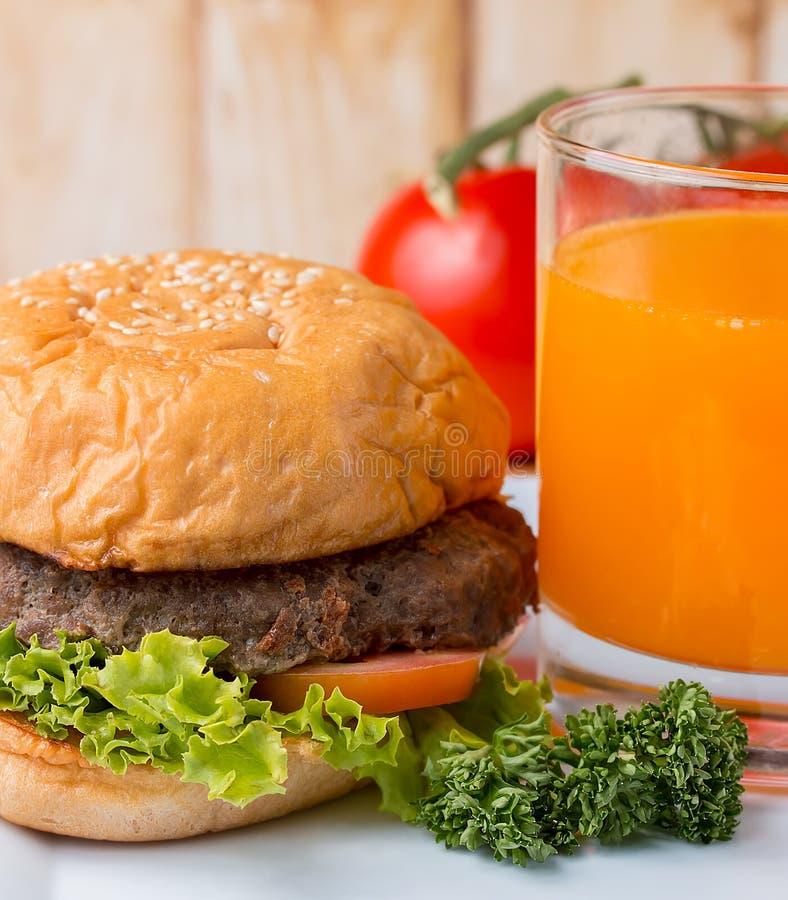 BBQ do hamburguer e do Juice Shows Quarter Pounder And foto de stock royalty free
