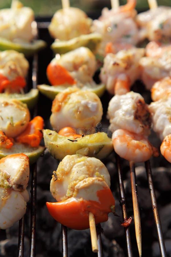 BBQ do Scallop, dos camarões, do limão e dos peixes foto de stock