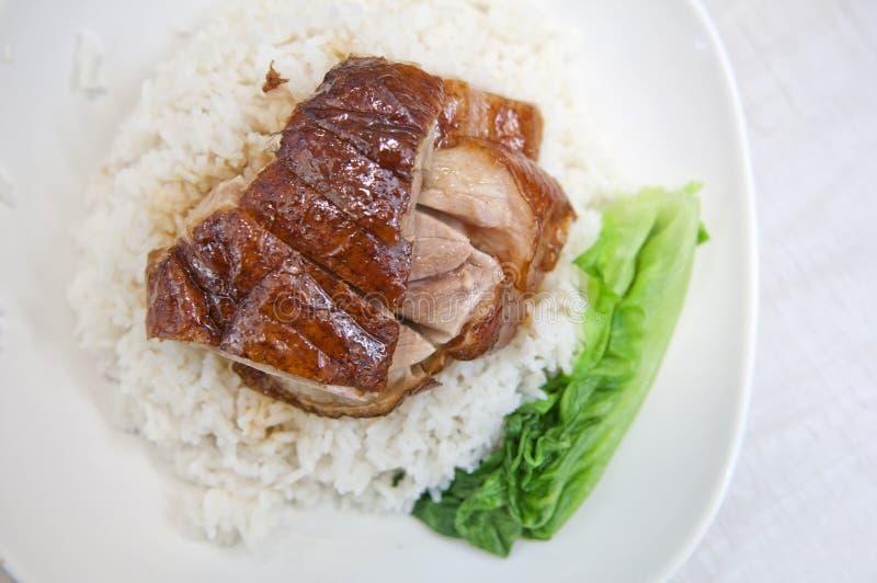 Bbq-Ente über gedämpftem Reis stockbilder
