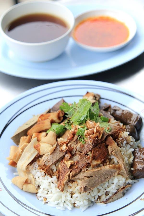 Bbq-Ente über gedämpftem Reis stockfoto