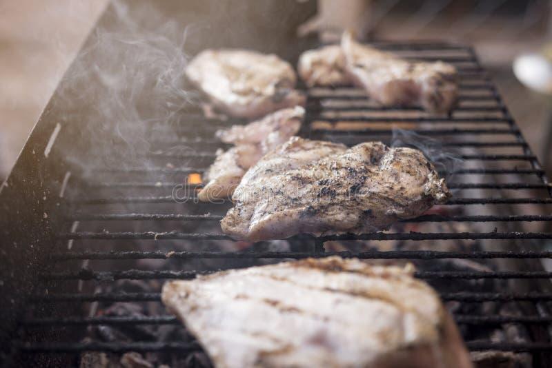Bbq-galler med smakligt kött för fegt bröst arkivbild