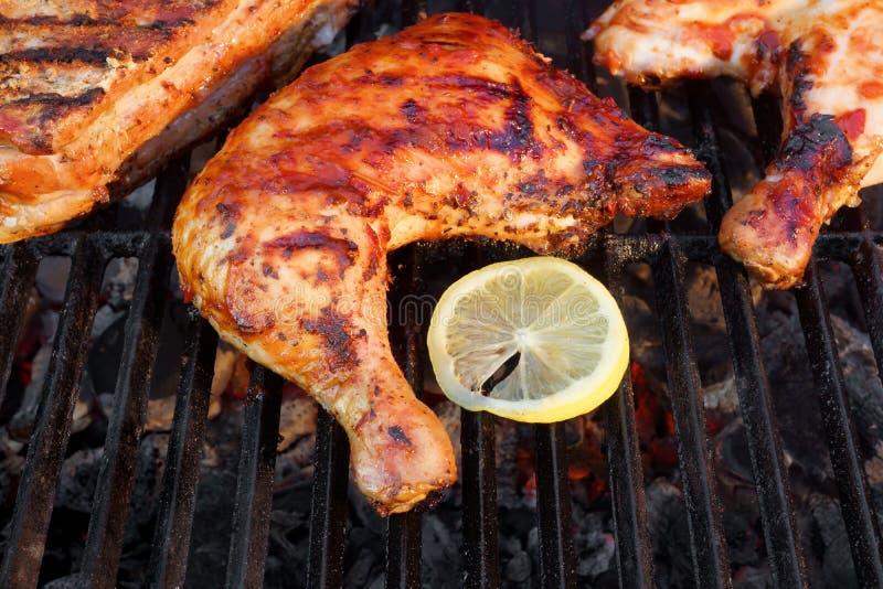 BBQ gebratenes Hühnerbein-Viertel auf dem heißen Grill stockfotos