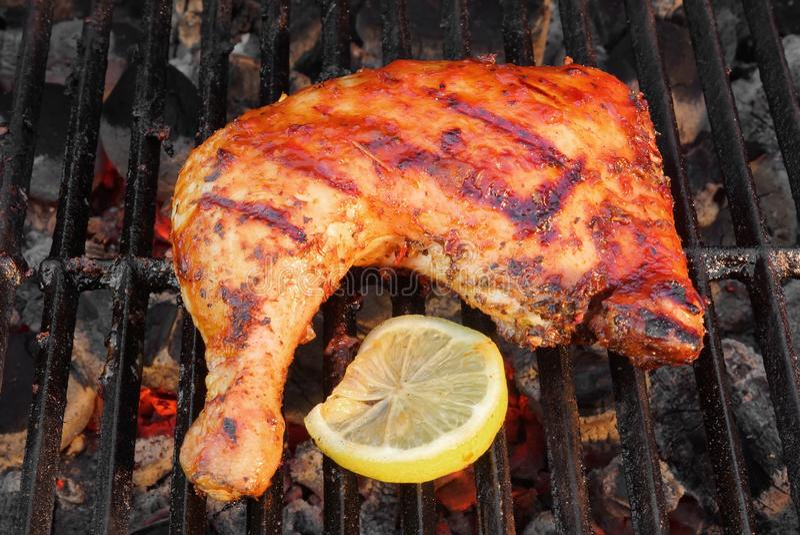 BBQ gebratenes Hühnerbein-Viertel auf dem heißen Grill lizenzfreies stockfoto