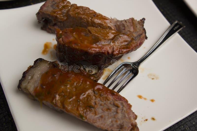 Bbq gegrilltes Steak auf weißer Platte lizenzfreie stockbilder