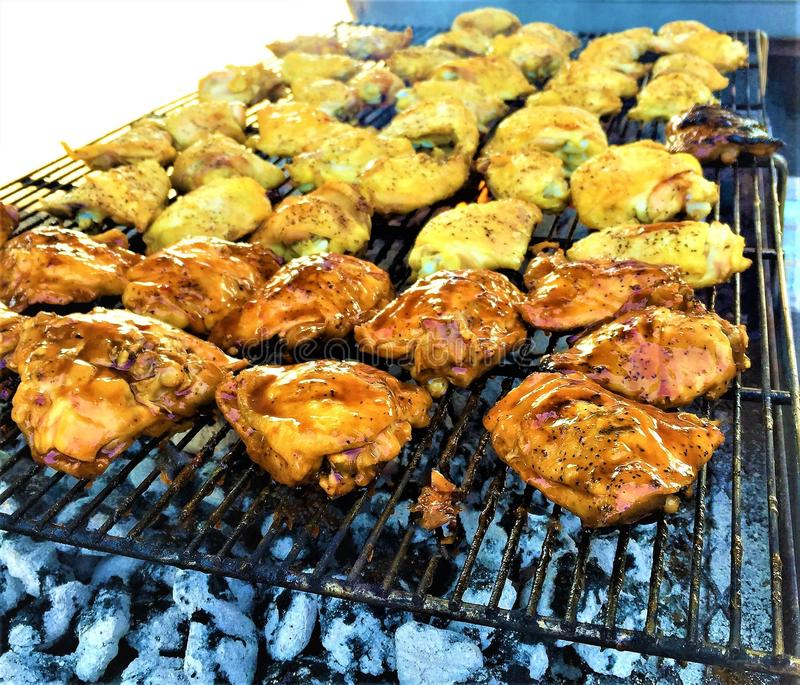 BBQ Geroosterde Kippendijen over Houtskool stock foto