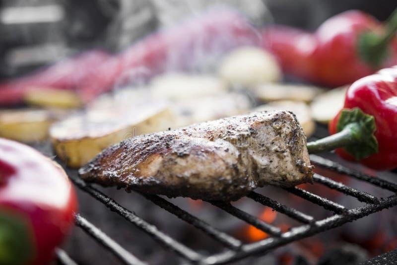 BBQ Grill met de Stukken van een Besnoeiingsaardappels, Spaanse pepers en Smakelijke Kippenborst royalty-vrije stock foto's