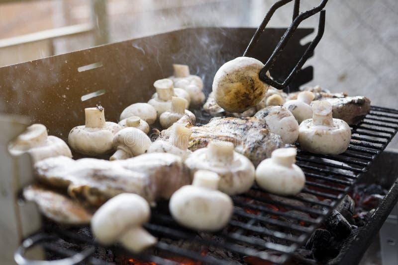 BBQ Grill met Heel wat Paddestoelen en Smakelijk Vlees van de Kippenborst royalty-vrije stock afbeelding