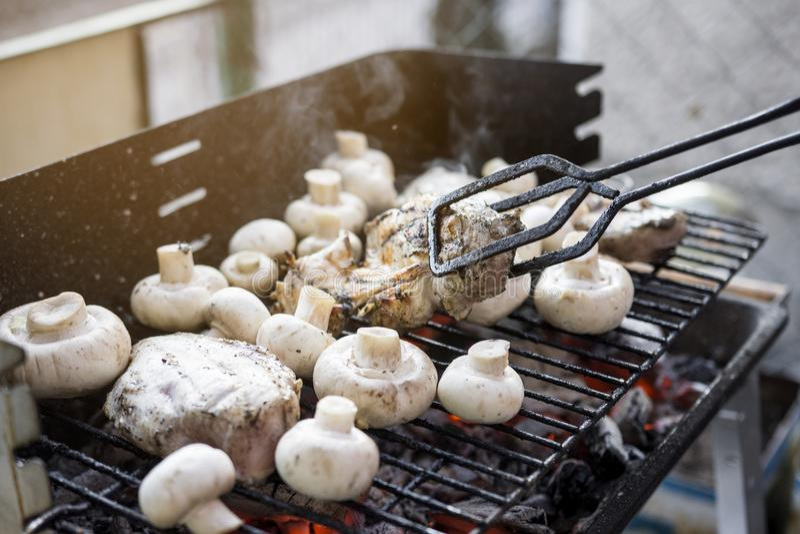 Bbq-Grill mit vielen Pilzen und geschmackvollen Hühnerbrust-Fleisch lizenzfreie stockfotografie