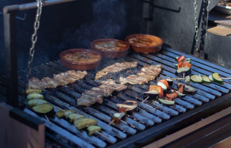 BBQ grill z bekonem, warzywami i pucharami z provolone serem, zdjęcia stock