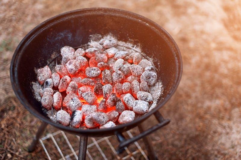 BBQ grill z rozjarzonym i płomiennym gorącym węglem drzewnym brykietuje, zbliżenie, odgórny widok fotografia royalty free