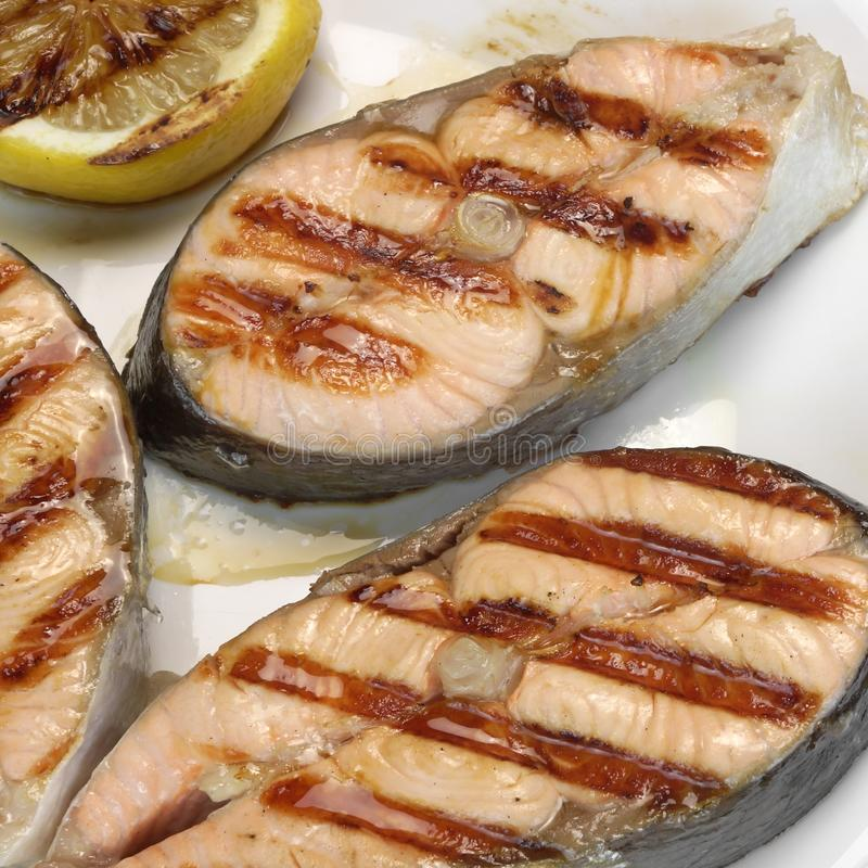 BBQ grillad Salmon Steaks On The White platta arkivfoto