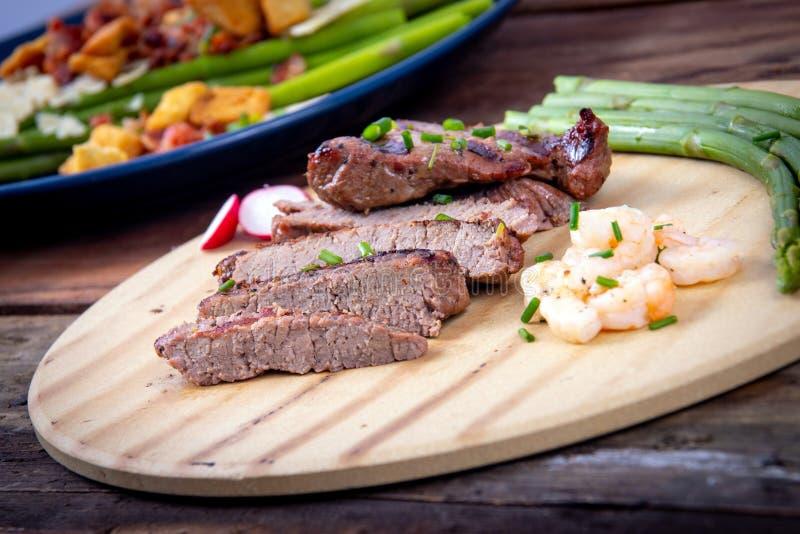 Bbq grillade skivor för nötköttbiff med räkor arkivbilder