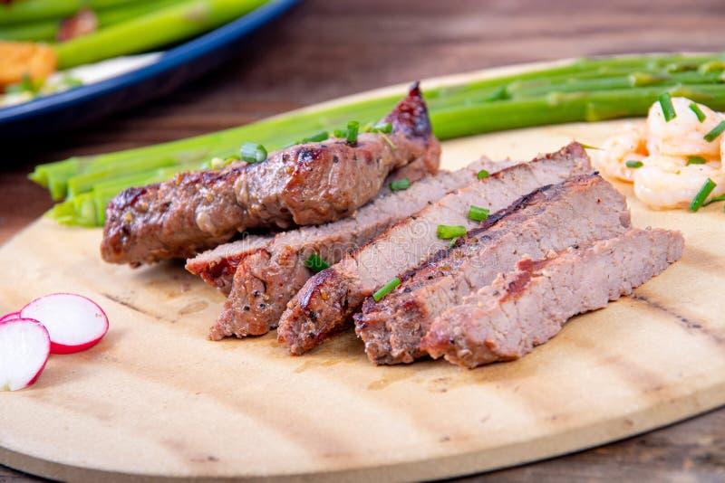 Bbq grillade skivor för nötköttbiff med räkor fotografering för bildbyråer