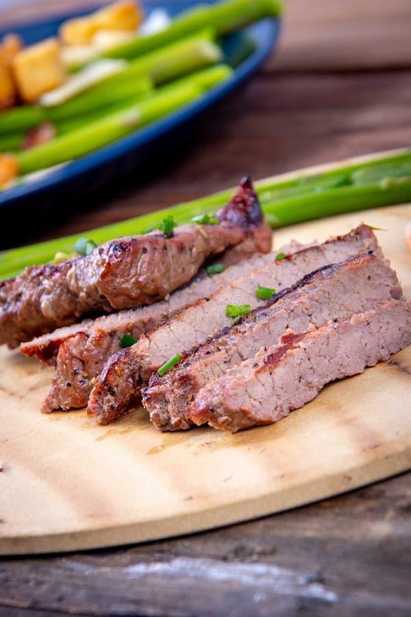 Bbq grillade skivor för nötköttbringa med räkor arkivfoton