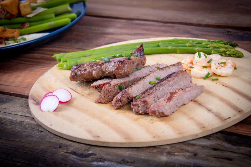 Bbq grillade skivor för nötköttbringa med räkor royaltyfri foto
