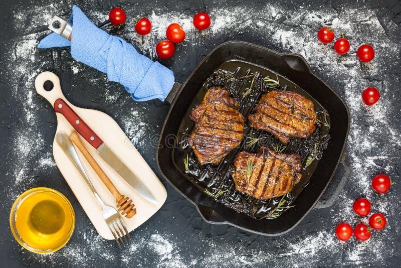 Bbq grillfesten, biffar, gallret, picknick, grillade kött, utomhus- mål royaltyfria bilder
