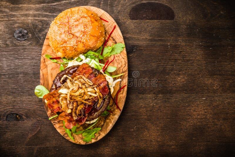 BBQ Hamburger met Bacon en Uien royalty-vrije stock afbeeldingen