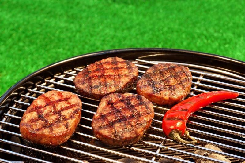 BBQ Hamburgerpasteitjes en Chili Pepper On The Hot-Grill royalty-vrije stock foto