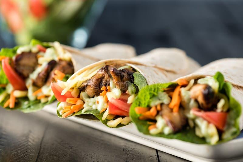 Bbq-Huhn mit frischen Salattortillaverpackungen stockfotos
