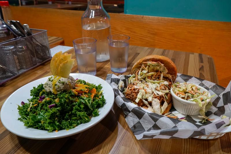 BBQ Jackfruit kanapka i bogini puchar - Kale sałatka zdjęcia stock