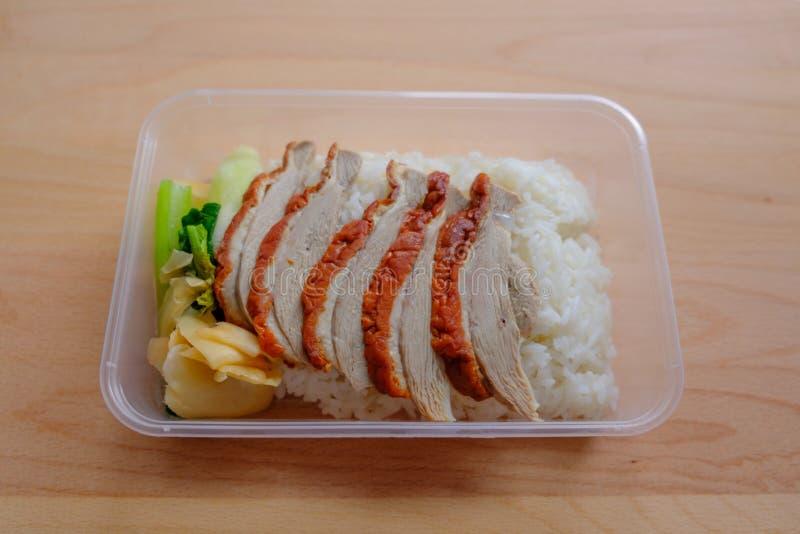 BBQ kaczka nad odparowanymi ryż zdjęcie stock