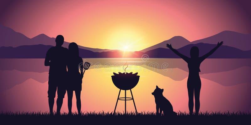 Bbq med vänner vid sjön med purpurfärgat landskap för bergsikt på solnedgången royaltyfri illustrationer