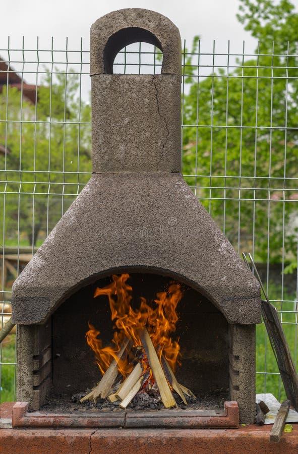 BBQ met brandhout royalty-vrije stock foto's