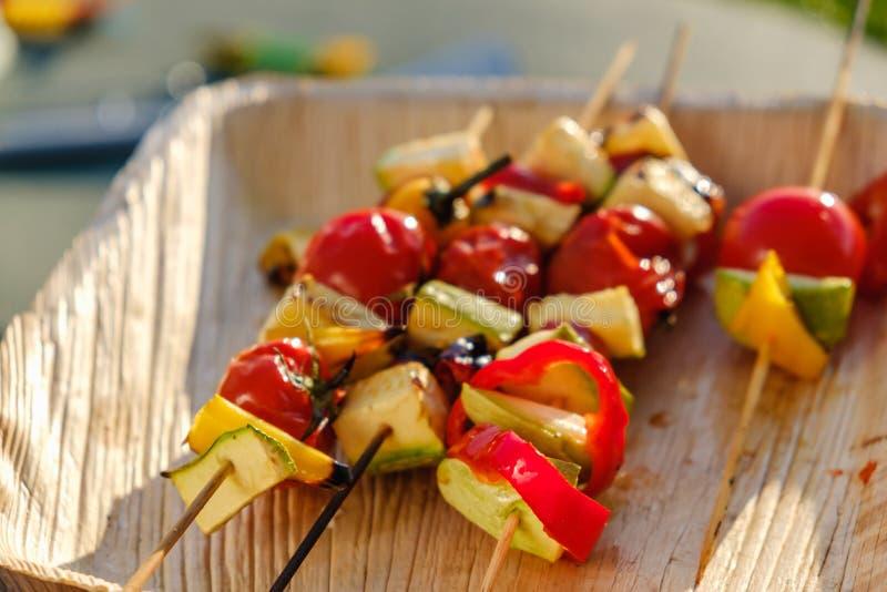 Bbq plantaardige gezonde voedseltomaat, diner stock foto