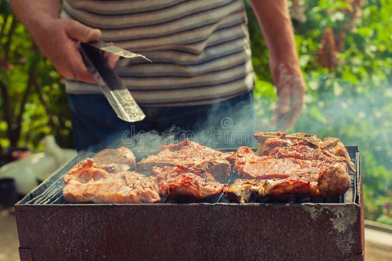 BBQ Primo piano del barbecue che griglia picnic in cortile all'aperto immagine stock libera da diritti