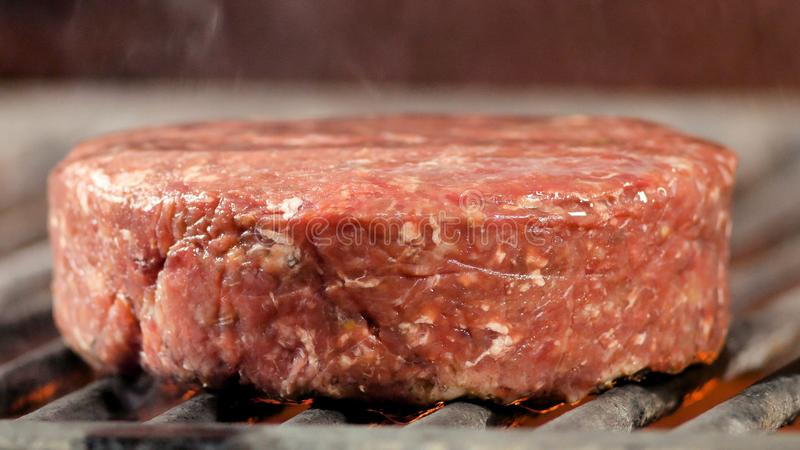 Bbq recientemente asado a la parrilla crudo de la carne de la hamburguesa fotos de archivo