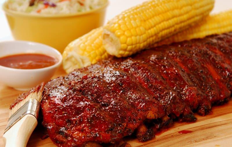BBQ Ribben met cole slaw, graan en onderdompelende saus stock foto