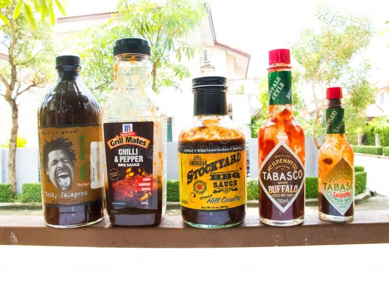 Bbq-sås är passande för att jäsa eller att doppa med gallret, men smaken varierar beroende nolla arkivbild