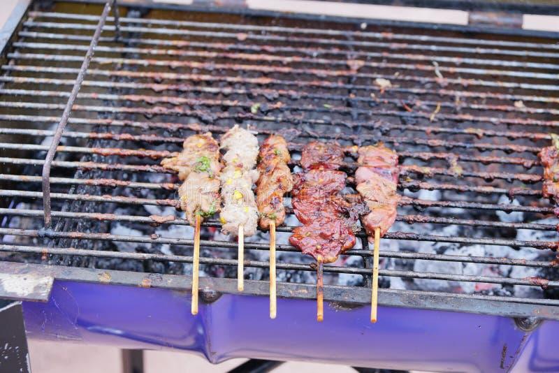 Bbq-Schweinefleisch auf dem Grill, Straßennahrung Thailand Im Freienküche Lebensmittelfestival in der Stadt geschmackvolle Nahrun stockfotografie