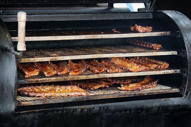Bbq spareribs in barbecueroker stock foto
