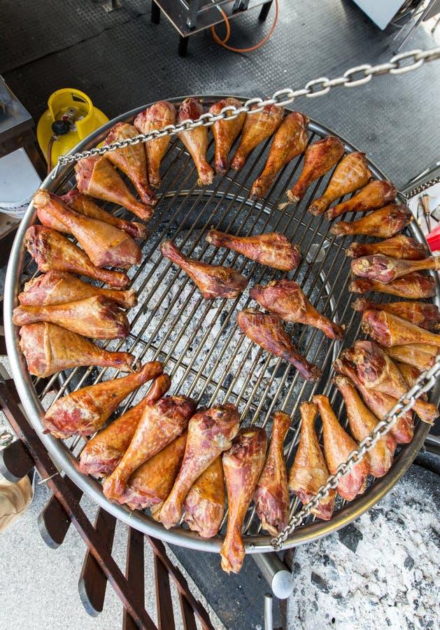 Bbq-Truthahnbeine auf einem großen Grill stockbilder