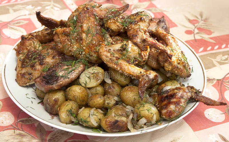 BBQ van de kip vleugels en aardappels stock foto