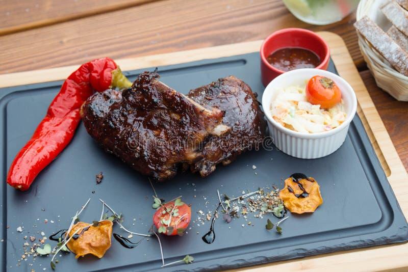 BBQ varkensvleesribben met Koolslasalade en BBQ sausribben stock afbeeldingen