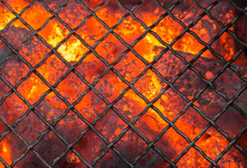 BBQ vide flambant avec des charbons rougeoyants et les flammes lumineuses Préparation à griller images stock
