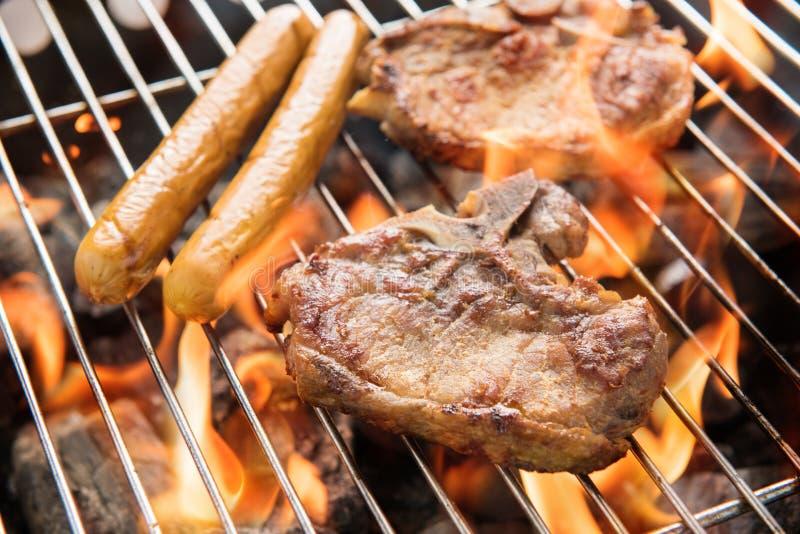 BBQ wieprzowiny kiełbasy na grillu i mięso fotografia stock