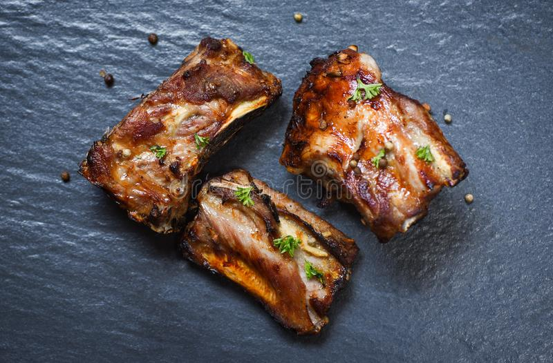 Bbq wieprzowiny ziobro piec na grillu z ziele i pikantność na zmroku talerzu - Piec grill wieprzowiny dodatkowy ziobro pokrajać zdjęcie royalty free