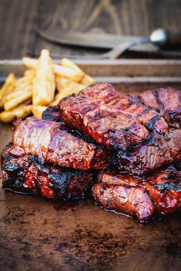 BBQ wołowiny ziobro z Kartoflanymi klinów dłoniakami obraz stock
