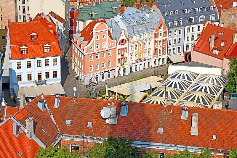BBuilding na cidade velha perto de St Peter Petrikirche Church, Riga, Letónia imagem de stock royalty free