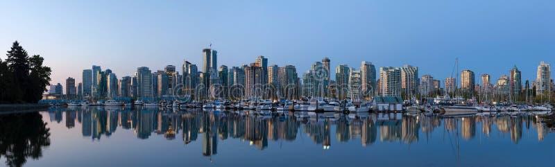 BC温哥华由港口全景的市地平线 免版税库存照片