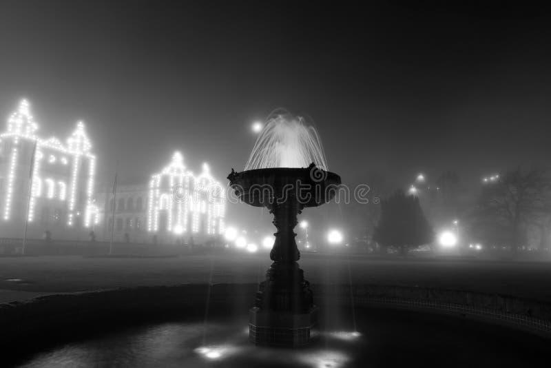 BC立法机关在有雾的夜 免版税库存照片