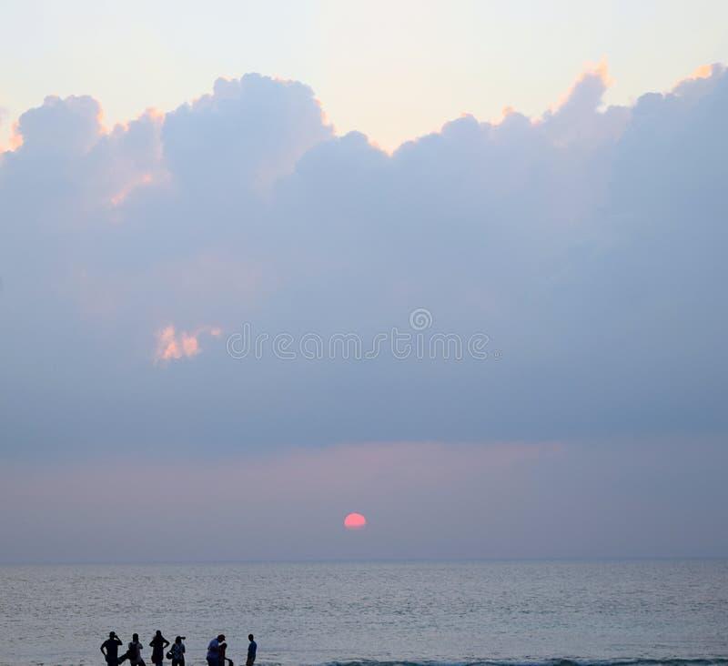 Beëindigen van de Dag - Rode Zon die over Oceaan bij Horizon met Donkere Wolken in Hemel plaatsen - Neil Island, Laxmanpur, Zonso royalty-vrije stock fotografie